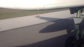 Flugzeug, das von der Flughafenrollbahn sich entfernt stock video footage