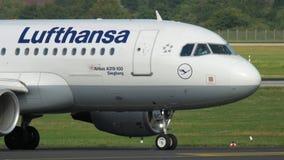 Flugzeug, das vor Abfahrt mit einem Taxi fährt stock video