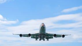 Flugzeug, das vor der Landung sich nähert stock video