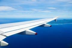 Flugzeug, das zu einer Insel vorangeht Lizenzfreie Stockbilder