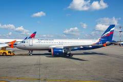 Flugzeug, das zum Flug sich vorbereitet Lizenzfreies Stockfoto