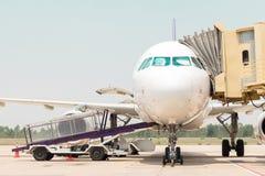 Flugzeug, das zum Flug sich vorbereitet Stockfoto