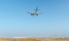 Flugzeug, das zum Teneriffa-Flughafen ankommt Stockfotografie