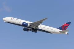 Flugzeug Delta Air Liness Boeing 777, das von internationalem Flughafen Los Angeless sich entfernt lizenzfreie stockbilder