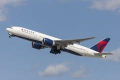 Flugzeug Delta Air Liness Boeing 777, das von internationalem Flughafen Los Angeless sich entfernt lizenzfreies stockbild