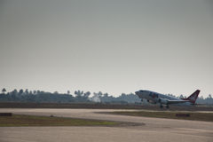 Flugzeug der FLUCHT abreisend von Beira Lizenzfreies Stockfoto