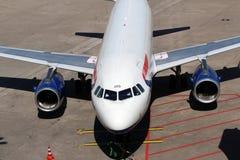 Flugzeug in der Parkposition Stockfotos