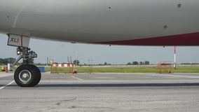 Flugzeug drehen herein ein Fahrwerk mit Bewegungsunschärfe, Abschluss oben von Flugzeugen sich drehen am Hangar, flaches Rad, Düs stock video