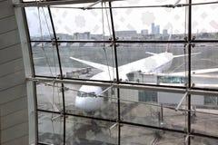 Flugzeug an Dubai-Flughafen Stockfotos