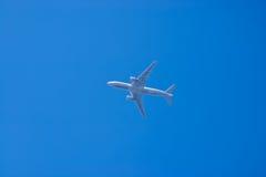 Flugzeug in einem blauen Himmel Lizenzfreies Stockfoto
