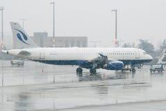 Flugzeug in einem Schneesturm Lizenzfreie Stockfotografie