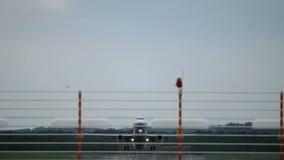 Flugzeug entfernt sich morgens stock footage