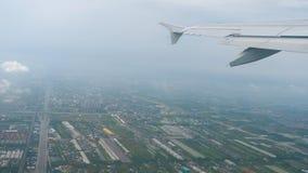 Flugzeug entfernt sich während des Regens stock video footage