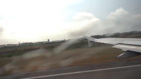 Flugzeug entfernt sich während des Regens stock video