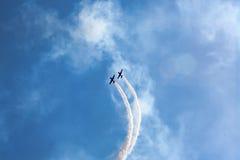 Flugzeug führen aerobatic durch Stockfoto