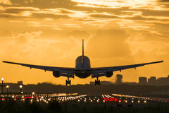 Flugzeug fast gelandet an der Rollbahn Stockfoto