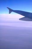 Flugzeug-Flügel über Wolken Lizenzfreies Stockfoto