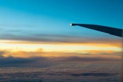 Flugzeug-Flügel in Fligh Stockfotos