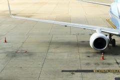 Flugzeug-Flügel und Maschine Stockbilder