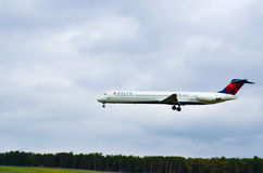 Flugzeug-Fliegen (Delta Airlines) Stockbilder
