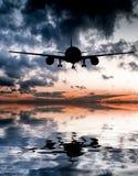 Flugzeug fliegt über den Ozean Stockbild
