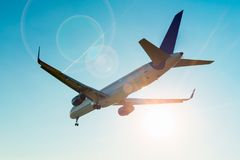 Flugzeug fliegt Landung am Flughafen Lizenzfreies Stockbild