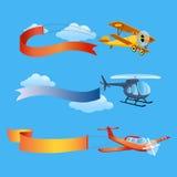 Flugzeug fliegt mit langen Fahnen für Text auf einem Hintergrund des Himmels Stockfotografie