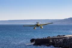 Flugzeug fliegt nah an dem Meer Stockbild
