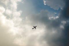 Flugzeug fliegt in Wolke Lizenzfreies Stockfoto