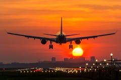 Flugzeug fliegt zum Flughafen stockfotografie