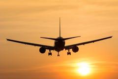 Flugzeug fliegt zum Flughafen Lizenzfreie Stockfotos