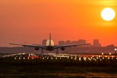 Flugzeug fliegt zum Flughafen Stockfoto