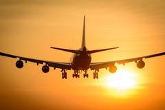 Flugzeug fliegt zum Flughafen Lizenzfreie Stockfotografie