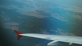 Flugzeug-Flug Flügel einer Flugzeugansicht vom Fenster des flachen Fliegens über der Stadt und dem Fluss Vorbei reisen stock video