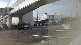 Flugzeug am Flughafen stock footage