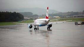 Flugzeug am Flughafen stock video footage