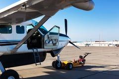 Flugzeug am Flughafen Stockfotografie