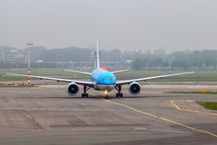 Flugzeug am Flughafen Stockbilder