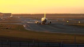 Flugzeug am Flughafen stock video
