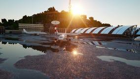 Flugzeug am Flughafen Blauer Morgen Reise- und Geschäftskonzept stock footage