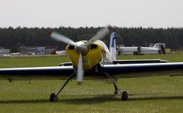 Flugzeug am Flughafen grassyaircraft Stockfotos