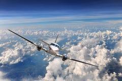 Flugzeug-Flugwesen über den Wolken lizenzfreie stockfotos