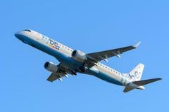 Flugzeug Flybe G-FBEG Embraer ERJ-195 entfernt sich an Schiphol-Flughafen Stockfotografie