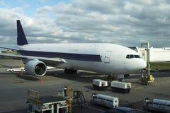 Flugzeug am Gatter Lizenzfreie Stockfotos