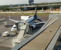 Flugzeug am Gatter Stockfotografie