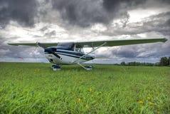 Flugzeug gegen Gewitter bewölkt Hintergrund stockfoto