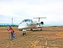 Flugzeug gegen Rennrad Stockbilder
