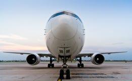 Flugzeug geparkt am Flughafen Lizenzfreies Stockfoto