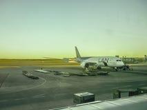Flugzeug geparkt am Flughafen Stockfotografie