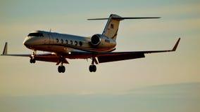 Flugzeug Gulfstream G450, das für eine Landung hereinkommt stockfotografie